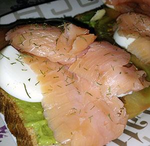 receta facil tosta salmon guacamole
