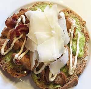 receta facil tosta pollo bacon y guacamole