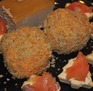 Receta aperitivo fácil bola de queso con pimientos