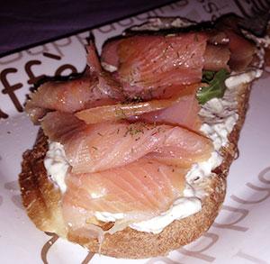 Receta facil de tosta de salmón con crema de mostaza