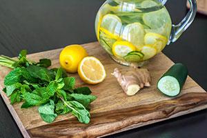 receta facil bebida limon, pepino, jengibre y menta sana